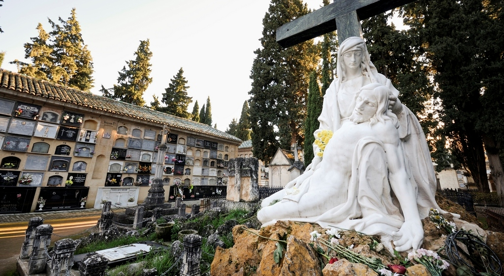 The cemetery in Granada offers guided tours